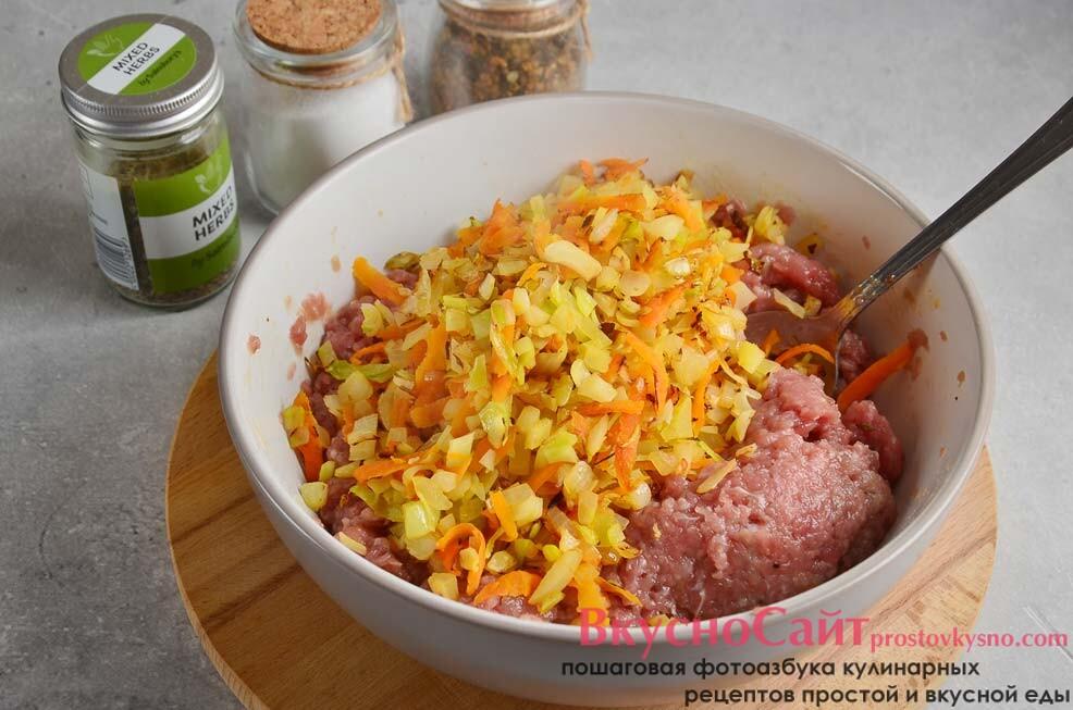 поджаренные овощи перекладываю в емкость с фаршем и перемешиваю