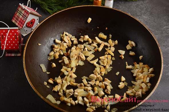 на масле жарю грибы с луком – около 5 минут, когда грибы остынут добавляю их к остальным ингредиентам