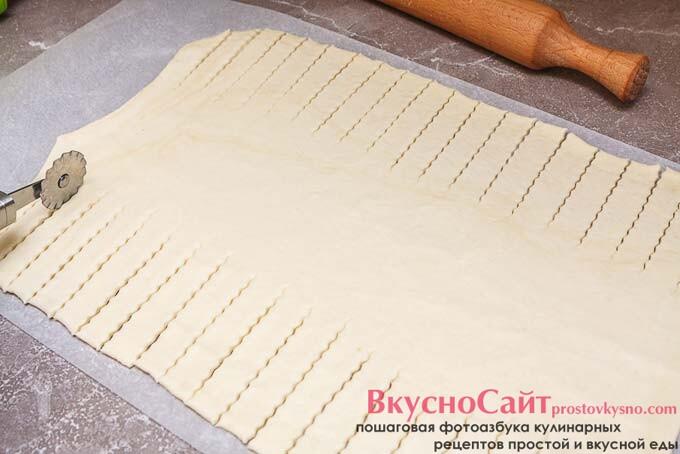 делю тесто на три части, центр оставляю целым, а края с двух сторон разрезаю на полоски толщиной 1-2 см