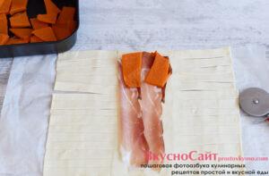 в центр кладу начинку: бекона, дольки запеченной тыквы, а потом сыр