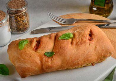 Стромболи с колбасой, помидорами и сыром