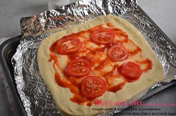 помидор нарезаю тонкими кружочками, выкладываю сверху на соус