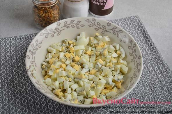 очистив яйца от скорлупы, нарезаю небольшими кубиками и перекладываю в салатник