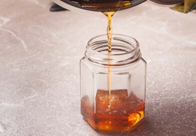 переливаю сироп в стерилизованную стеклянную банку