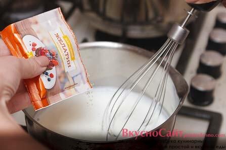 в теплое молоко добавляю желатин, при этом его постоянно помешиваю