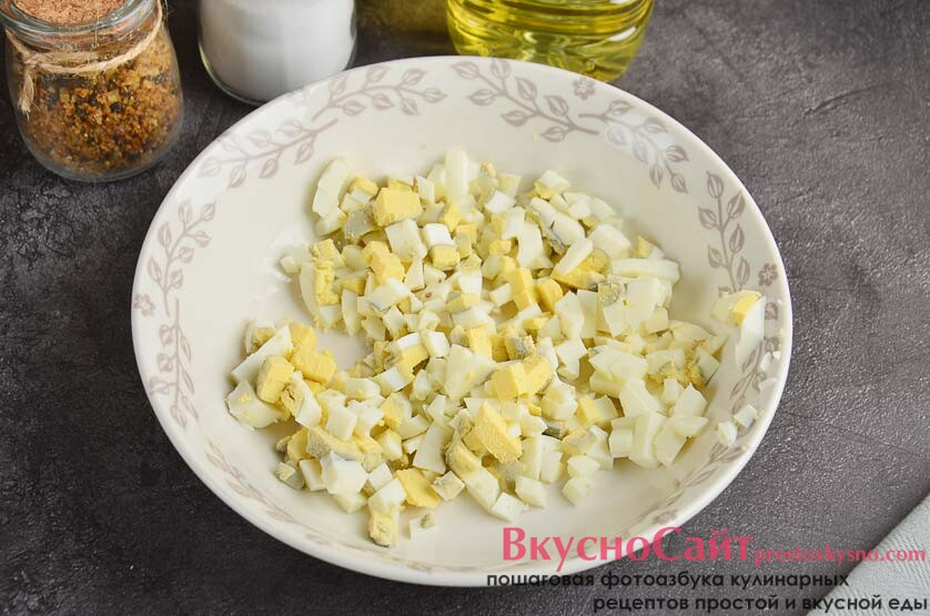 яйца чищу от скорлупы и мелко нарезаю