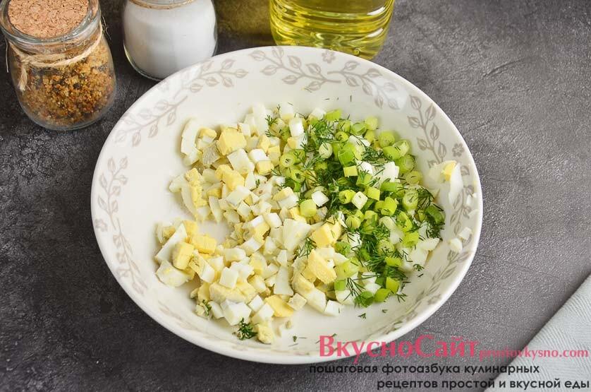 зеленый лук ополаскиваю проточной водой, мелко крошу и отправляю в посуду с яйцами, немного солю