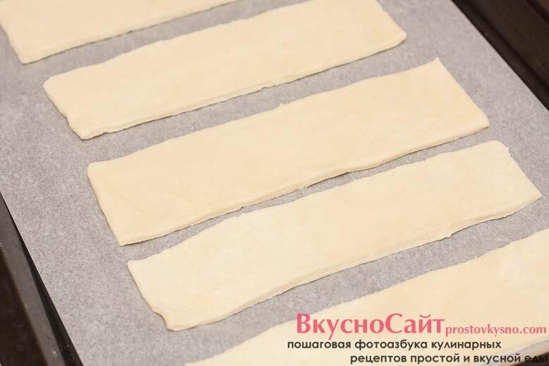 из раскатанного теста вырезаю одинаковые прямоугольники 20 см на 6 см