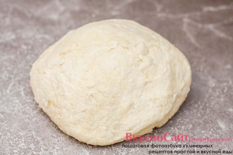 вымешанное тесто можем слегка липнуть к рукам, но при этом оно мягкое, нежное и эластичное