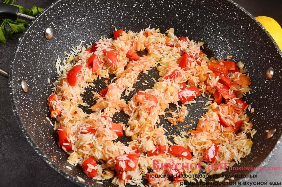 добавляю в сковороду промытый рис, соединяю с овощами и томлю на медленном огне минуты 3