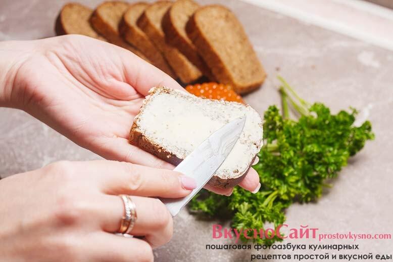 каждый кусочек хлеба смазываю небольшим количеством масла