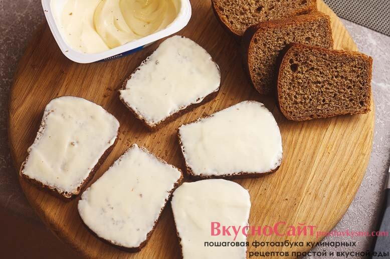 каждый кусочек хлеба смазываю плавленым сыром