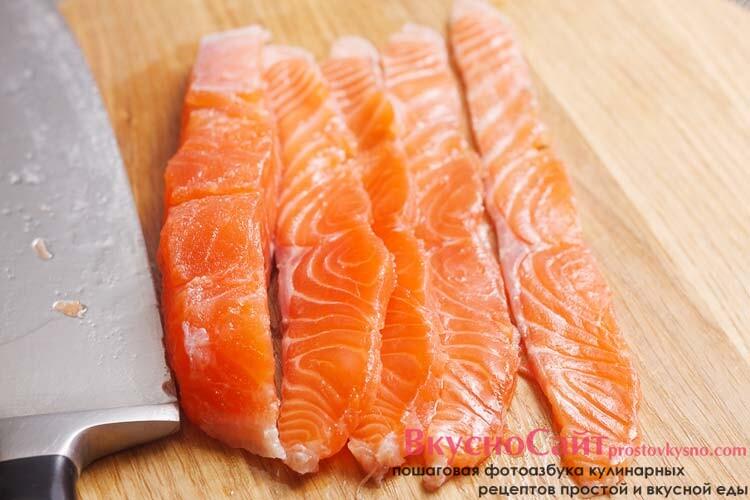 красную рыбу нарезаю тонкими полосками