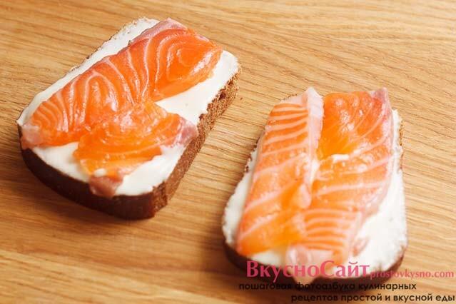 рыбу укладываю на хлеб