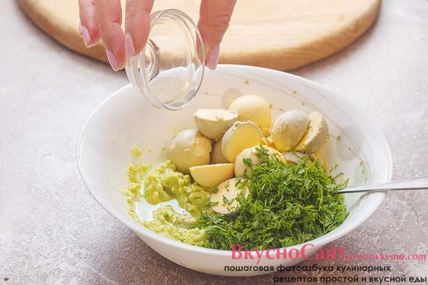 в пюре из авокадо добавляю желтки, измельченный укроп и сок лимона