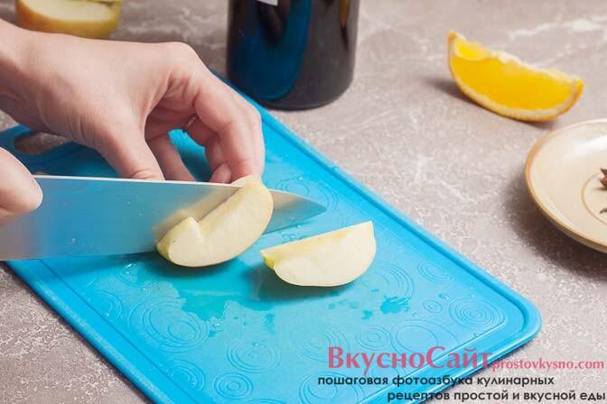 яблоко также нарезаю на дольки