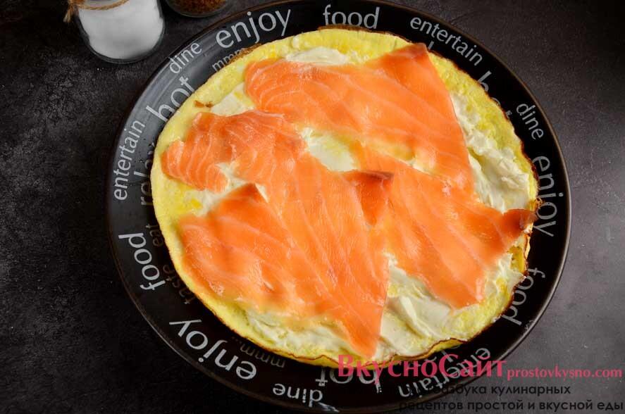 сверху на творожный сыр выкладываю пластинки рыбы