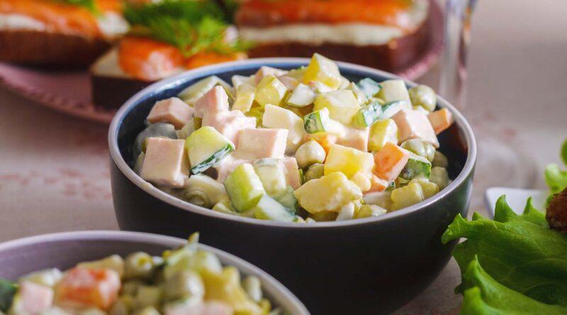 Салат «Оливье» со свежими огурцами и колбасой