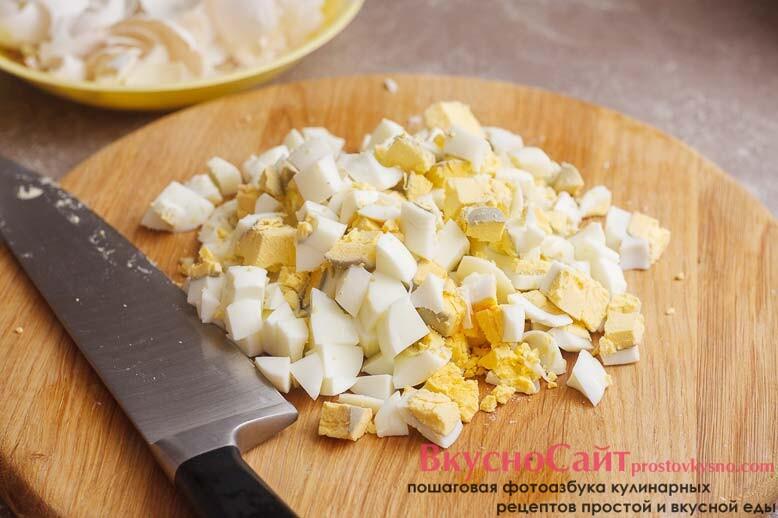 чищу от скорлупы сваренные в крутую яйца и нарезаю их кубиком