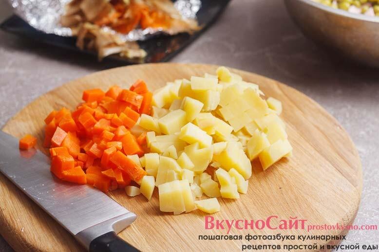 остывшие запеченные овощи я чищу и нарезаю кубиком