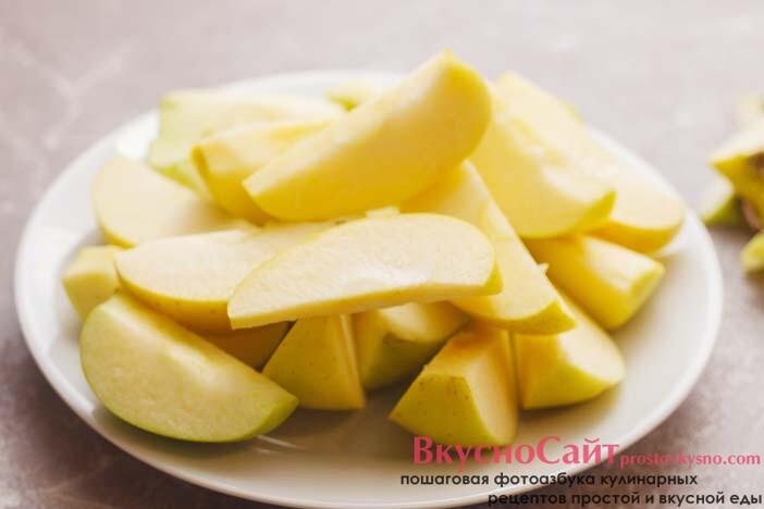 яблоки мою, разрезаю на четыре части и удаляю сердцевину