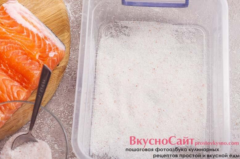 на дно емкости, где будет засаливаться рыба, высыпаю ½ смеси из соли и сахара