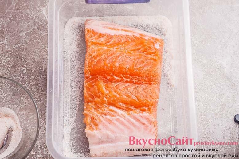 на сухие ингредиенты укладываю рыбу