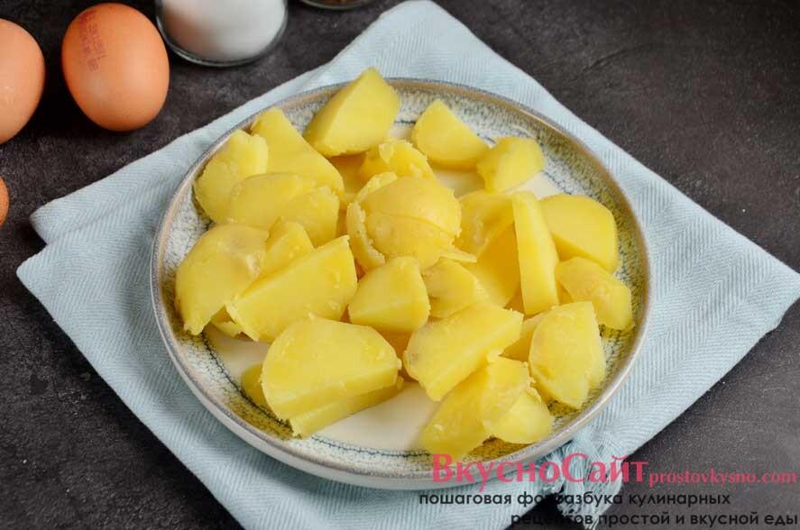 очищенный картофель нарезаю небольшими ломтиками