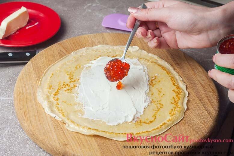 затем на сыр я укладываю красную икру
