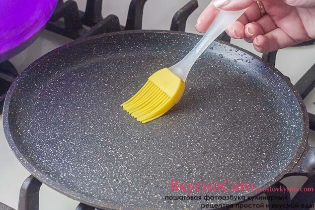 сковороду для блинов разогреваю и смазываю оливковым маслом