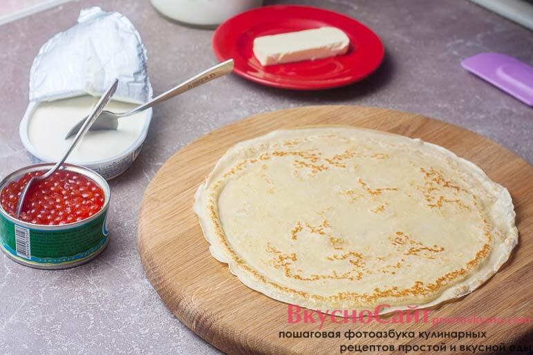 готовый блин снимаю из сковороды на любую ровную поверхность
