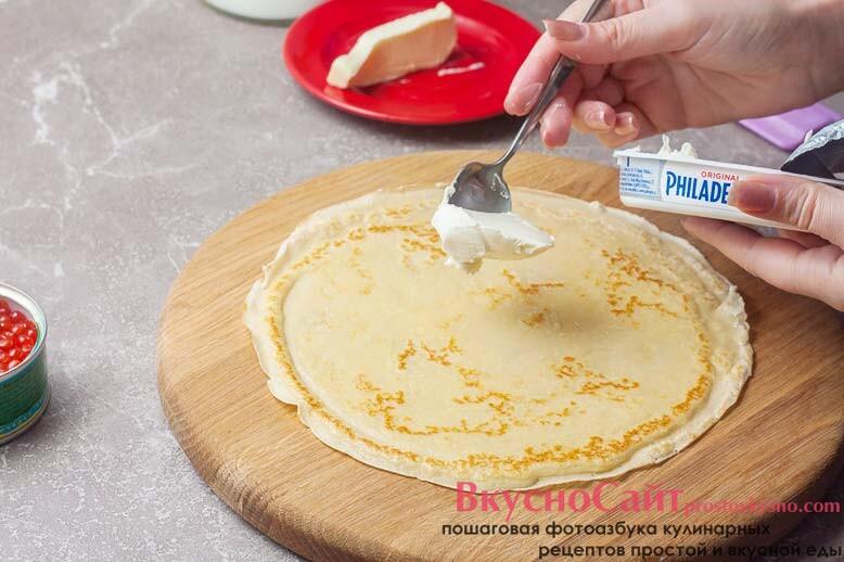 на центр блинчика кладу чайную ложку сливочного сыра и распределяю его по блину