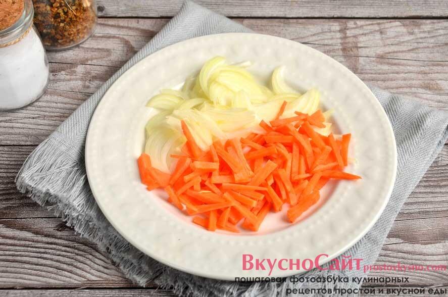 лук и морковь измельчаю с помощью ножа и терки