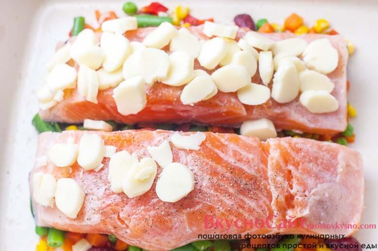 на филе рыбы щедро кладу кусочки сыра