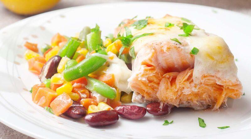 Лосось запеченный в духовке с овощами