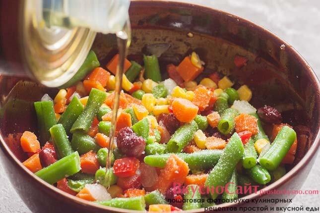 добавляю в овощи соль и оливковое масло, все тщательно перемешиваю