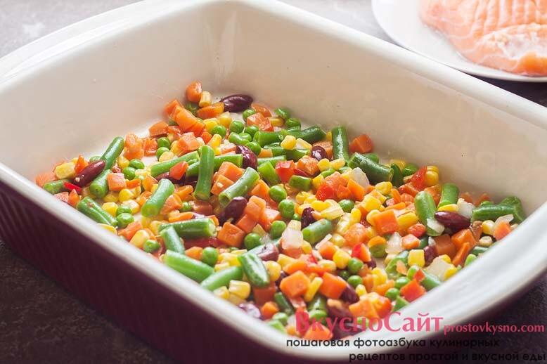 перекладываю овощи в форму для запекания