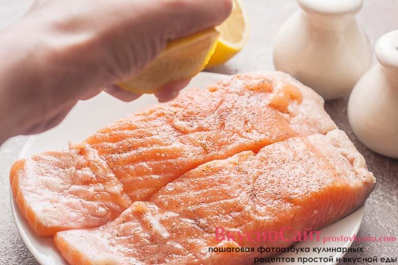 рыбу солю, добавляю черный молотый перец и взбрызгиваю соком лимона