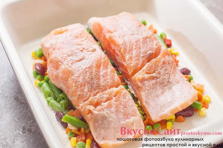 сверху на овощи укладываю рыбу