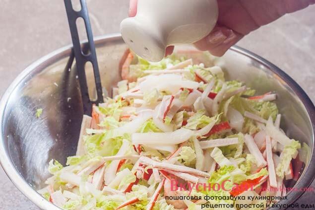 салат солю по вкусу и тщательно перемешиваю