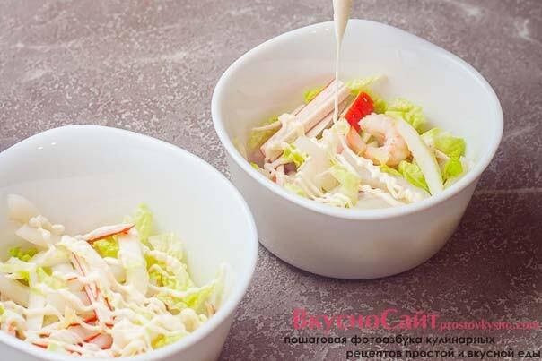 в салатник кладу немного салата и делаю сверху майонезную сетку, потом снова насыпаю салат и потом майонез