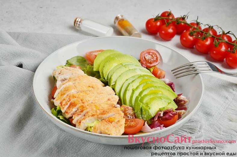 Теплый салат с курицей и авокадо без майонеза