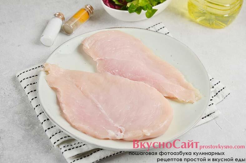 филе мою и обрезаю все лишнее, затем разрезаю филе вдоль на два пласта