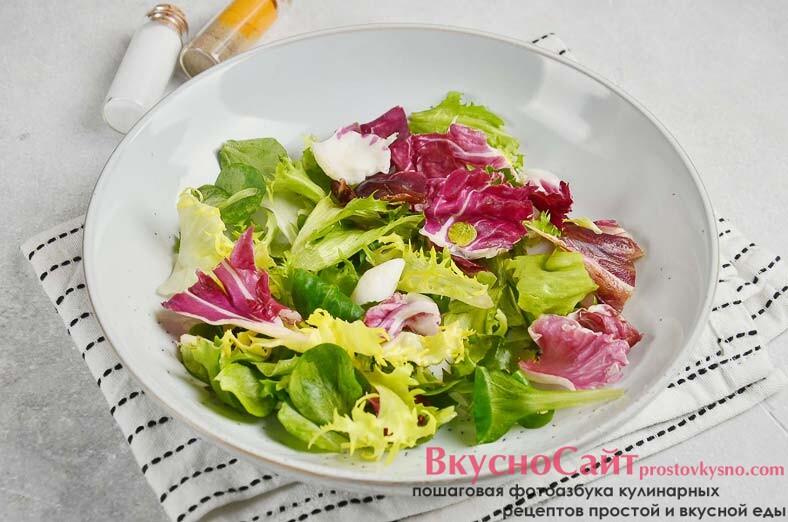 салатный микс перекладываю в салатник
