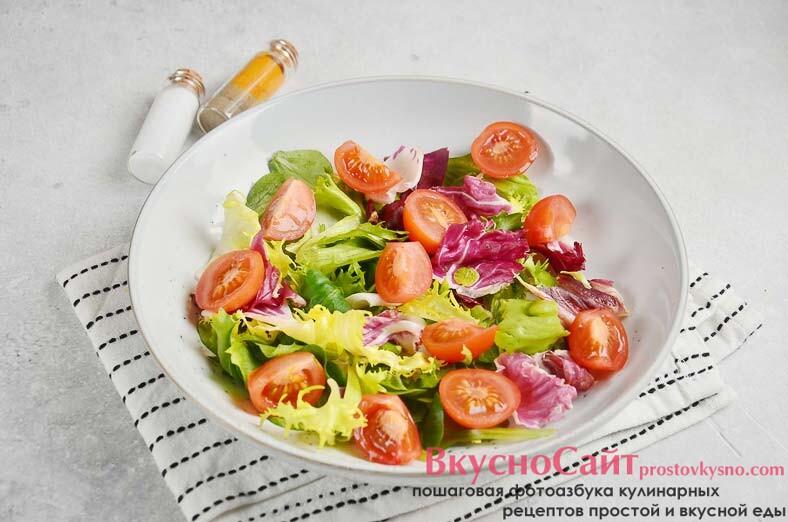помидоры черри промываю водой, режу на половинки и бросаю в салатник