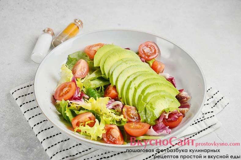 половинку крупного авокадо очищаю и нарезаю тонкими пластинками, выкладываю сверху на салат