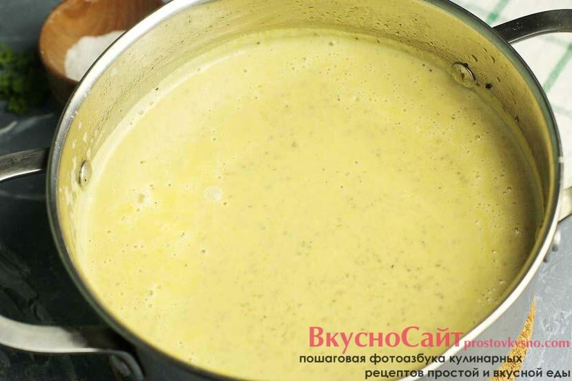 при помощи ручного блендера перебиваю суп в пюре