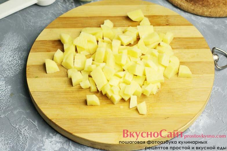 картофель чищу, мою и нарезаю на произвольные кубики