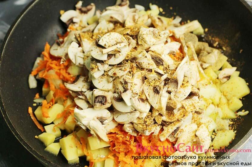 на сковородку наливаю растительное масло и высыпаю все подготовленные овощи, солю и добавляю специи