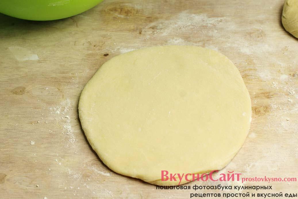делю тесто на три части и раскатываю скалкой толщиной 3-4 см